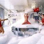 девушки моют автомобиль