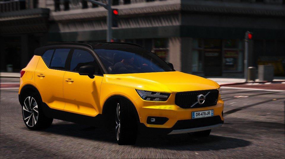 желтый Вольво XC40