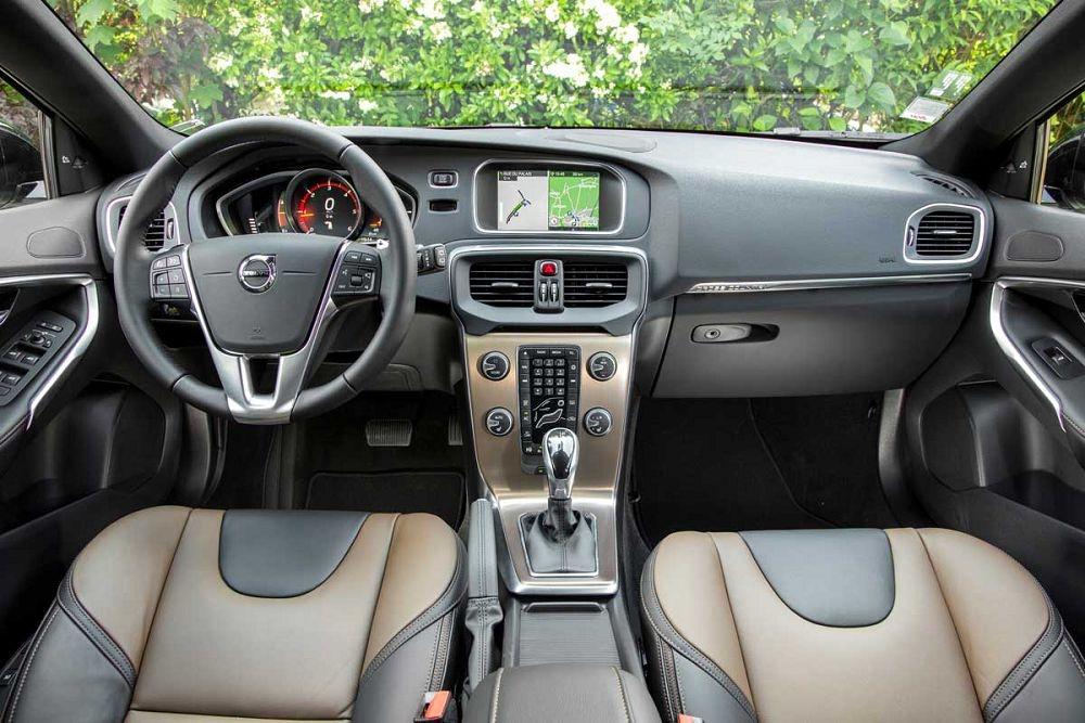 интерьер Volvo V40.