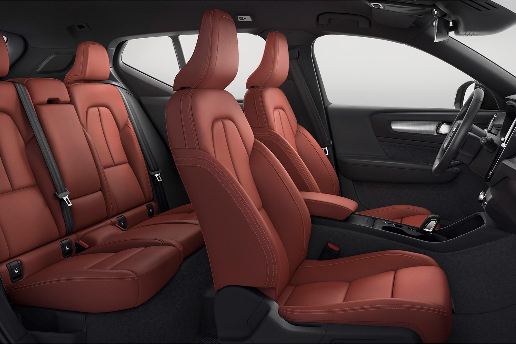 красная обивка сидений Volvo XC40