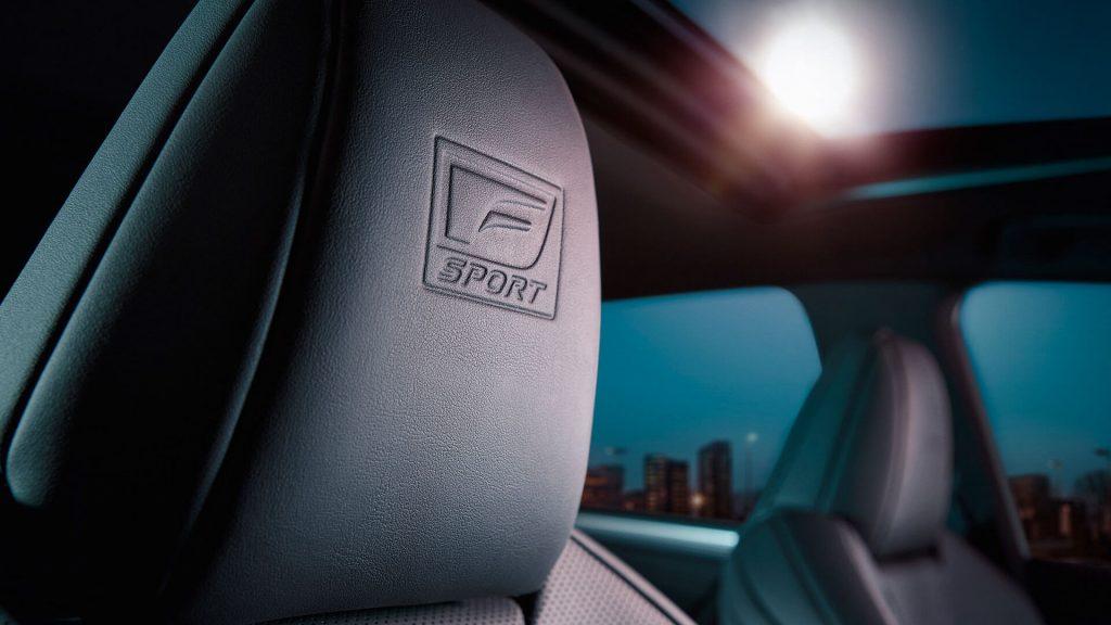 Lexus ES 2019 - подголовник и панорамная крыша