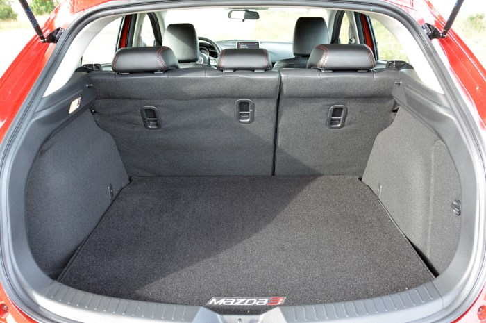 mazda 3 hatchback багажник.