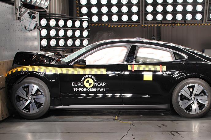 Краш-тест Porsche Taycan - Фронтальный удар (вид сбоку)