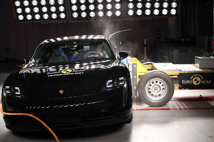 Краш-тест Porsche Taycan - Боковой удар (вид спереди)