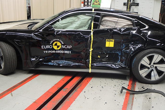 Краш-тест Porsche Taycan - Боковой удар (вид сбоку)