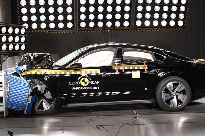 Краш-тест Porsche Taycan - Фронтальный удар со смещением в сторону водителя (вид сбоку)